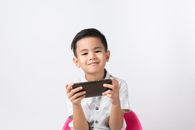 Мальчик и смартфон Premium Фотографии