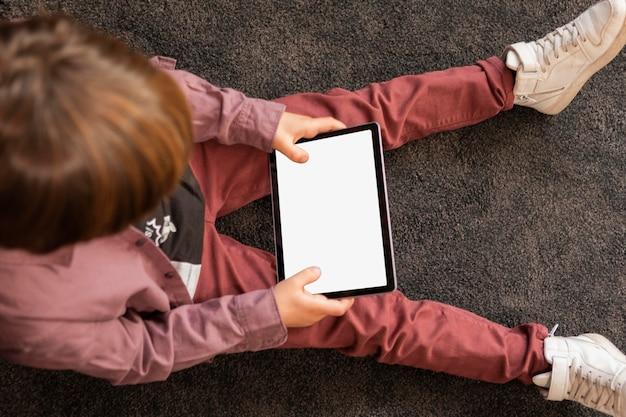 태블릿 집에서 소년 무료 사진