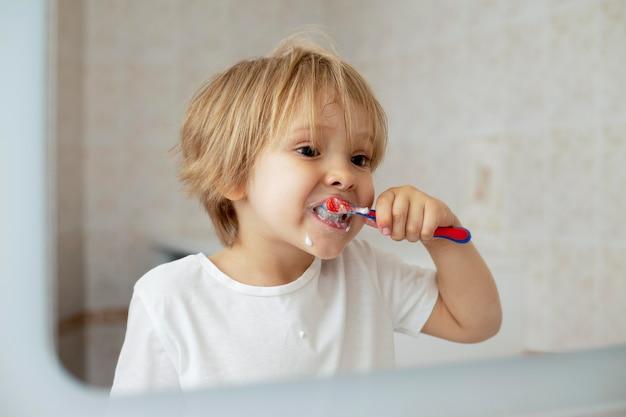 歯を磨く少年 無料写真