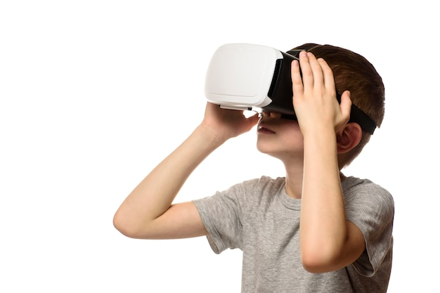 Boy experiencing virtual reality. isolate on white background. Premium Photo
