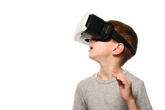 Boy experiencing virtual reality. Premium Photo