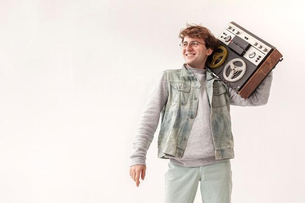 Мальчик держит кассету с копией пространства Бесплатные Фотографии
