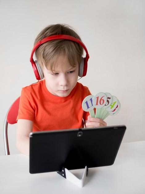 数学eラーニングの概念の数字を持つ男の子 無料写真