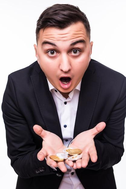 Il ragazzo tiene diverse monete crittografiche nelle sue mani su bianco Foto Gratuite