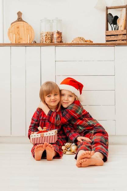 クリスマスの日に妹を抱き締める少年 無料写真