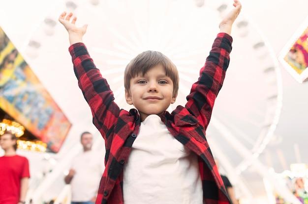 Мальчик в парке развлечений Бесплатные Фотографии