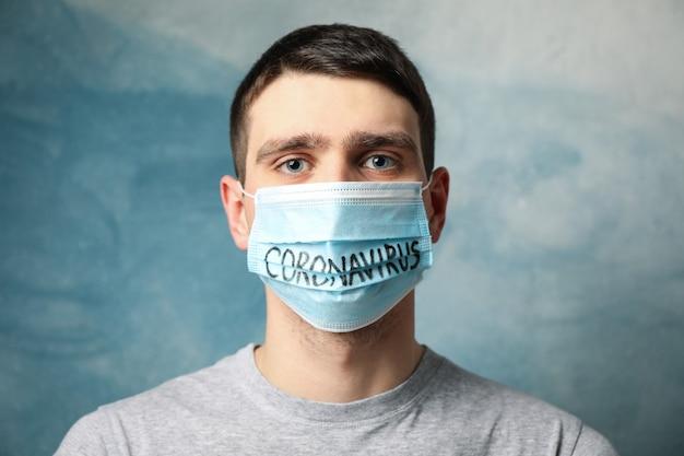 青の碑文コロナウイルスと防護マスクの少年。 Premium写真