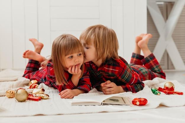 Ragazzo che bacia sua sorella sulla guancia Foto Gratuite