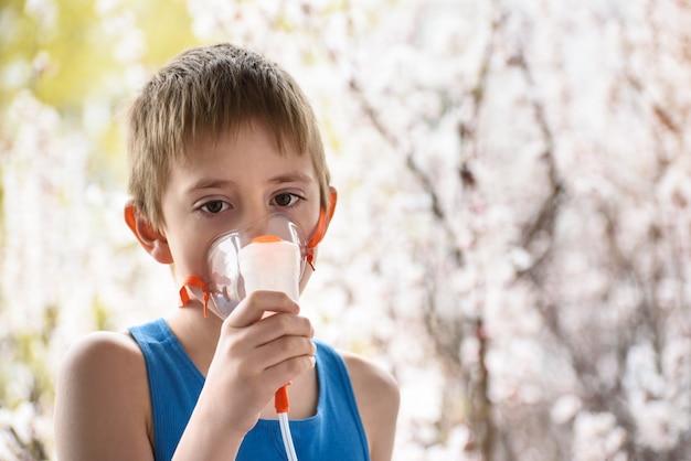 Мальчик школьного возраста делает ингаляции в домашних условиях. профилактика Premium Фотографии
