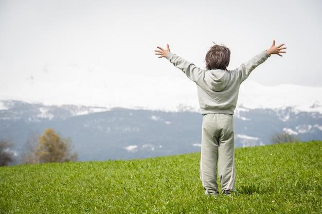 美しい山の草原の少年 Premium写真