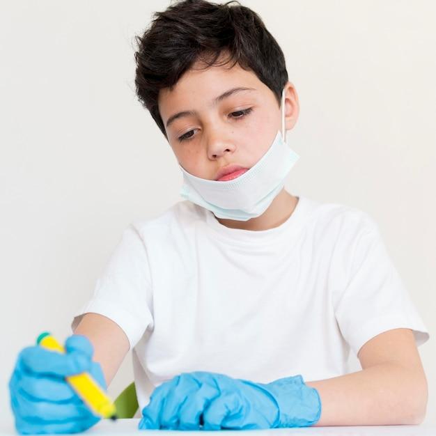 コロナウイルスからの男の子の保護 無料写真