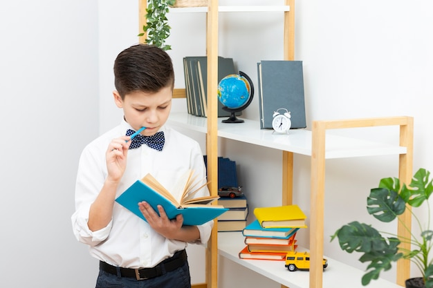 読みながら立っている少年 無料写真