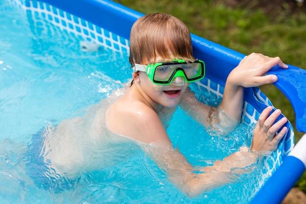 Мальчик под водой в маске. ребенок плавает в бассейне. Premium Фотографии