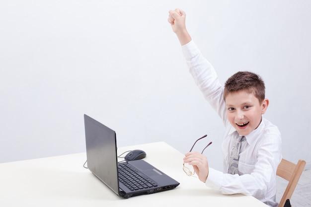 Мальчик, использующий свой портативный компьютер Бесплатные Фотографии
