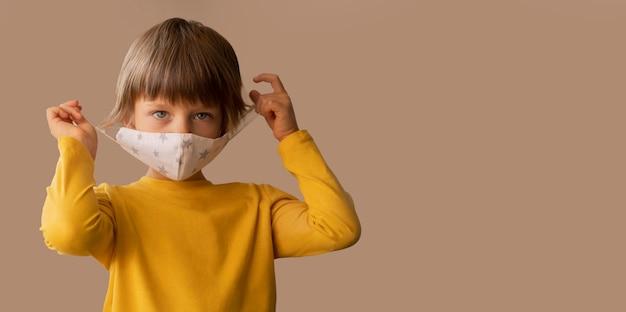 Мальчик в медицинской маске с копией пространства Бесплатные Фотографии