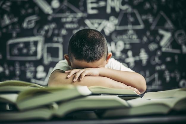 Un ragazzo con gli occhiali che studia e assonnato. Foto Gratuite