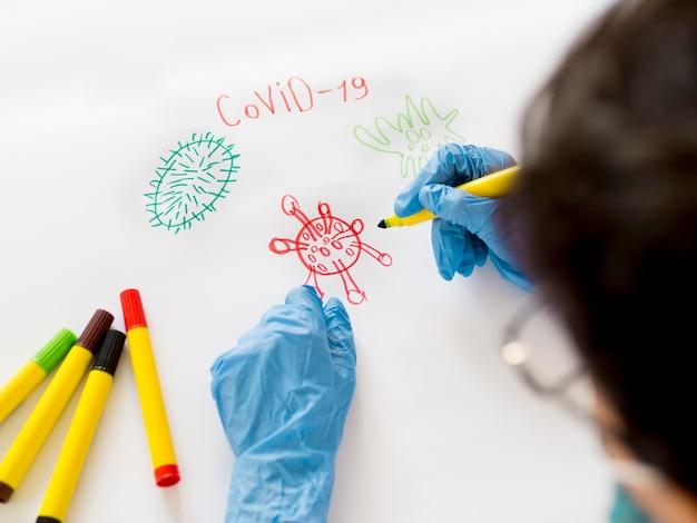 家庭で手袋を持つ少年を描く 無料写真