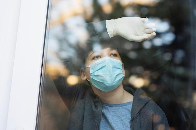 밖에 서 찾고 의료 마스크와 소년 무료 사진