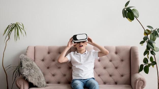 仮想現実のヘッドセットを持つ少年 無料写真
