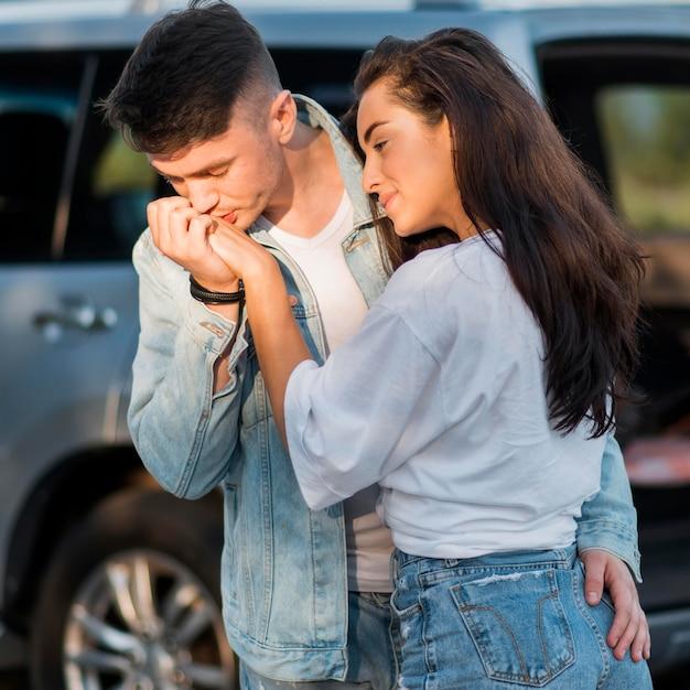 Boyfriend kissing his girlfriend hand Free Photo