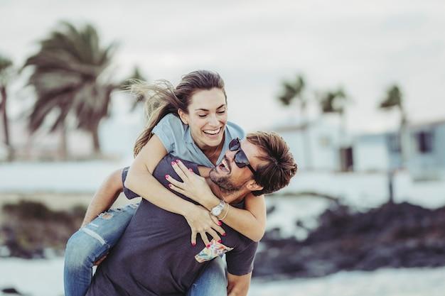 Boyfriends in the beach Premium Photo