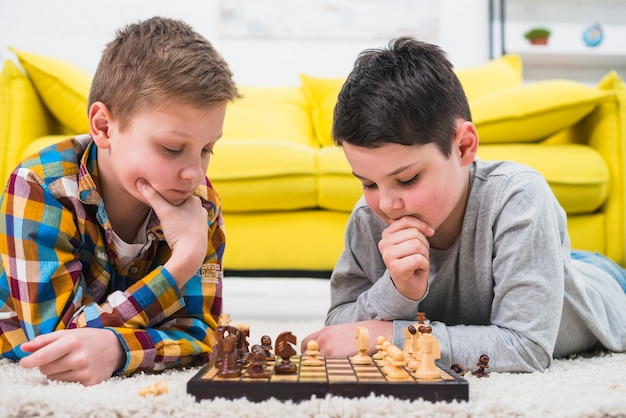 Boys playing chess Free Photo