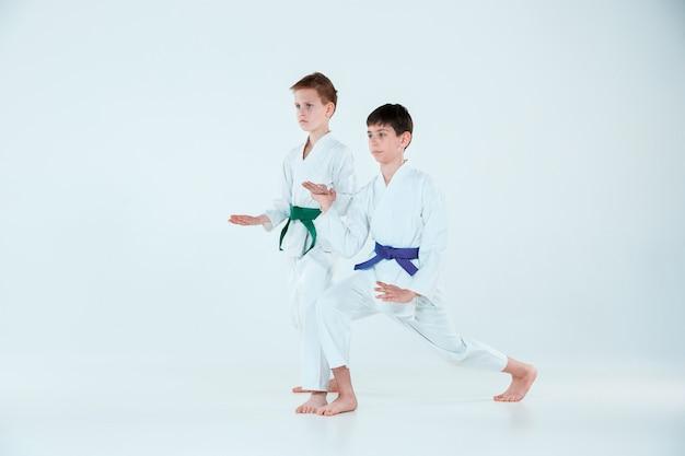 Ragazzi che posano all'addestramento dell'aikido nella scuola di arti marziali. stile di vita sano e concetto di sport Foto Gratuite