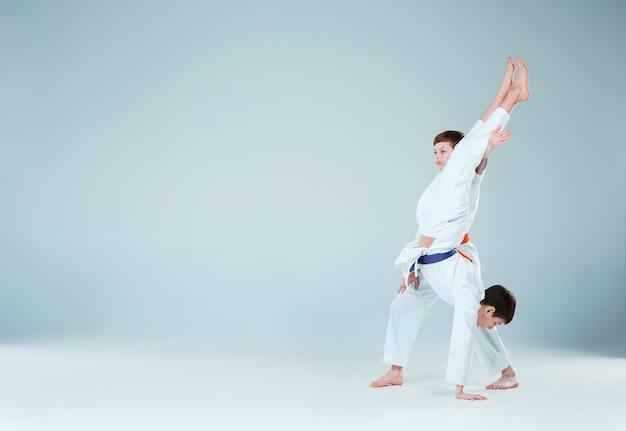 I ragazzi in posa all'aikido si allenano nella scuola di arti marziali. stile di vita sano e concetto di sport Foto Gratuite