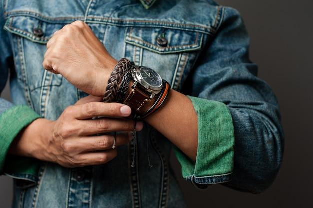 ブレスレットと手首の時計 Premium写真