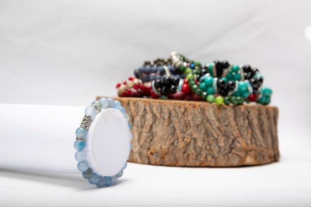 Bracciali realizzati con perle e pietre colorate. Foto Gratuite