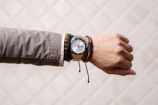 手首のブレスレット Premium写真