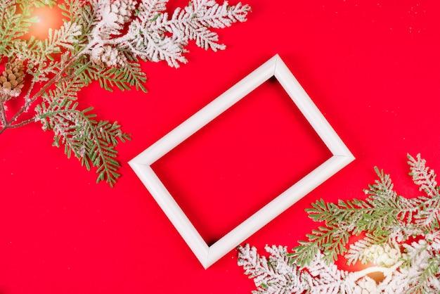 赤の雪の中でbrancesと白いフォトフレーム Premium写真
