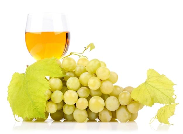 白で分離されたブドウの枝とグラスワイン 無料写真