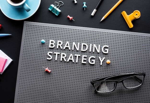 Текст стратегии брендинга на современном столе. деловое творчество. Premium Фотографии