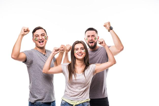 Il brasile vince. un gruppo di tifosi di calcio sostiene la squadra nazionale del brasile su sfondo bianco. concetto di tifosi di calcio. Foto Gratuite