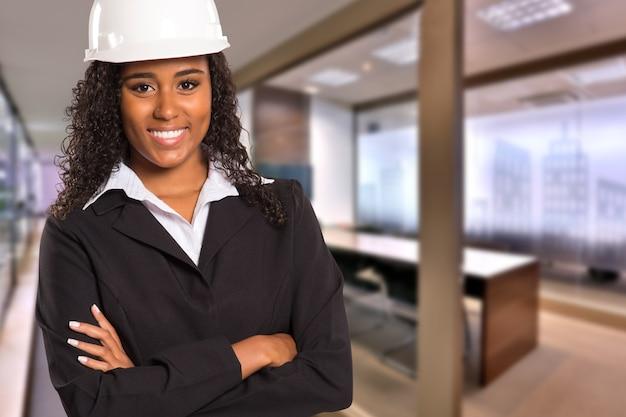 흐리게 사무실 공간에 카메라를보고 브라질 흑인 엔지니어 여자. 공간을 복사하십시오. 프리미엄 사진