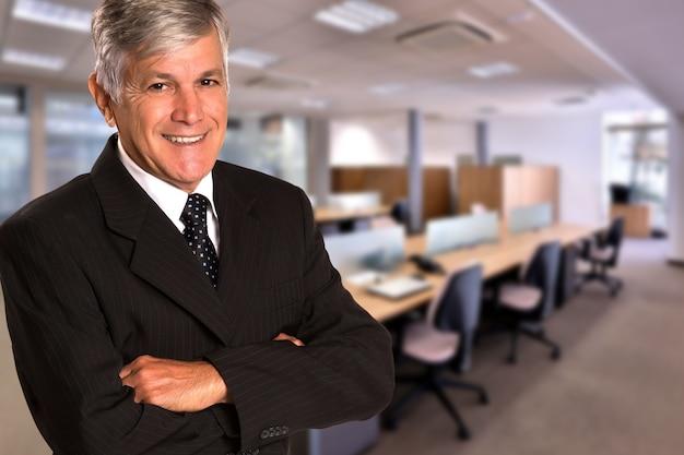 흐릿한 사무실 공간에서 카메라를보고 브라질 비즈니스 사람. 공간을 복사하십시오. 프리미엄 사진