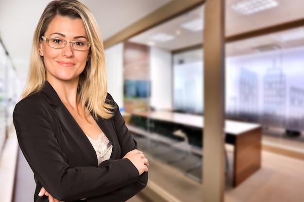흐릿한 사무실 공간에서 카메라를보고 브라질 비즈니스 여자. 공간을 복사하십시오. 프리미엄 사진