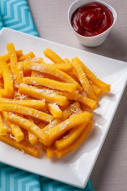 揚げポレンタと呼ばれるブラジル料理の前菜 Premium写真