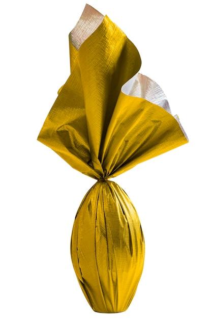 白い壁に黄色い紙で包まれたブラジルのイースターエッグ 無料写真