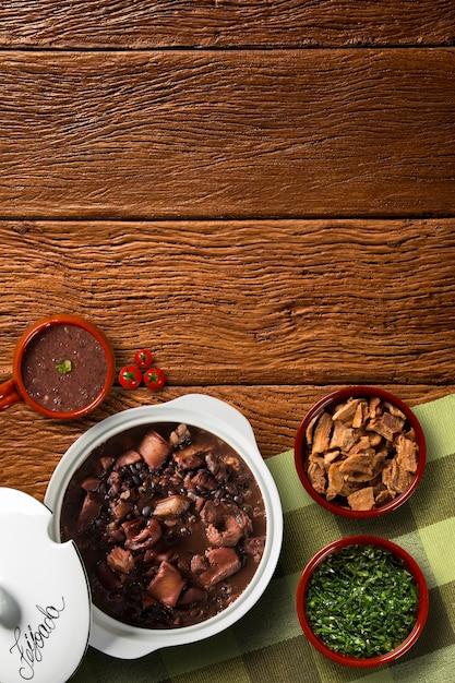 Бразильская еда фейжоада. вид сверху с копией пространства Premium Фотографии