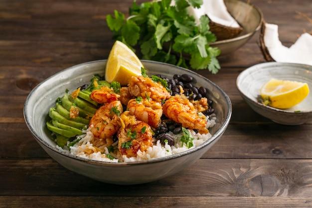 그릇에 새우와 브라질 음식 무료 사진