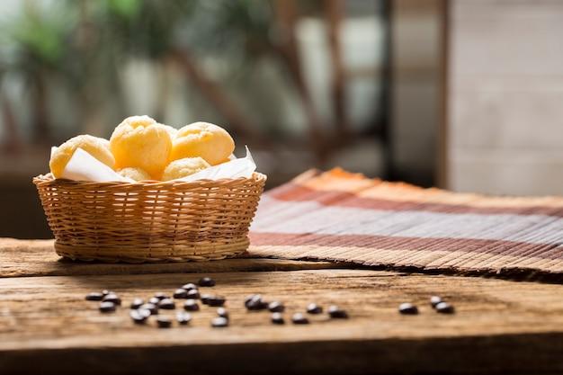 コピースペースのあるチーズパン、ブラジルの「パオデケイジョ」 Premium写真