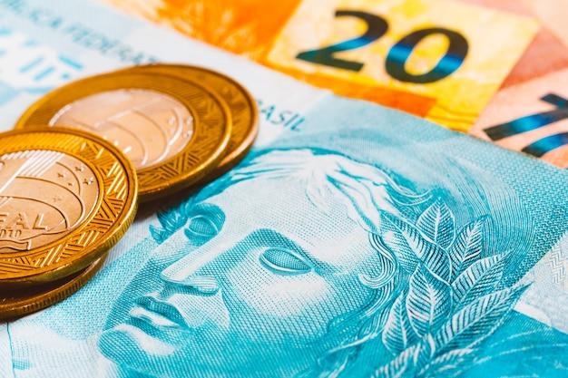 Реальные бразильские монеты золотистого тона. бразильские денежные знаки Premium Фотографии