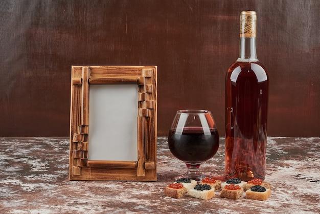 キャビアとワインで大理石のパンの食前酒。 無料写真