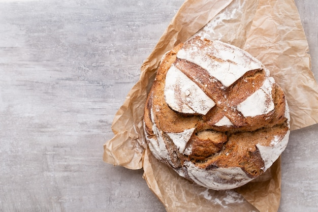 Bread background, top view of, black and rye loaves on black. Premium Photo