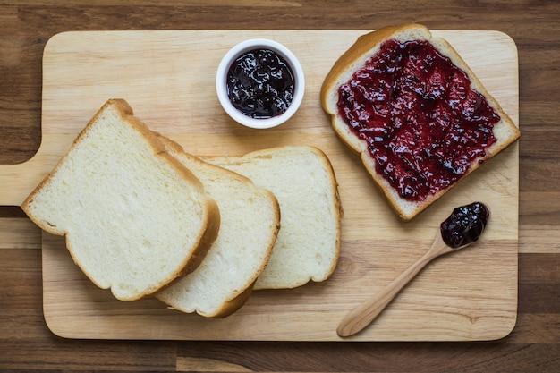 Bread and black currant Premium Photo