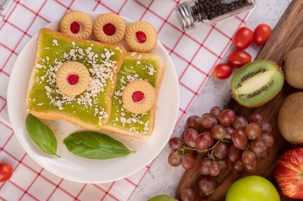 パンはパンダンカスタードで覆われ、デザートが詰められています。 無料写真