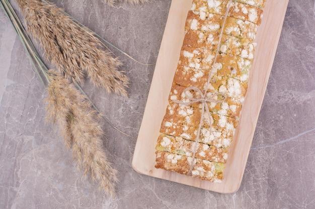 나무 접시에 다목적 밀가루 빵 무료 사진