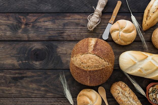 Pane e coltelli su piano in legno Foto Gratuite